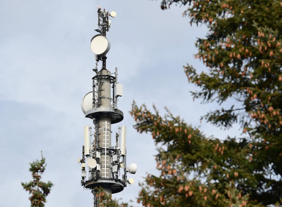 The first Brandenburger transmission tower that meets the new 5G standard for cellphone and internet stands at the edge of Oranienburger Straße. A total of 80 masts have been installed by Vodaphone thus far, and all are high enough so that no human should ever encounter a dangerous level of radiation.