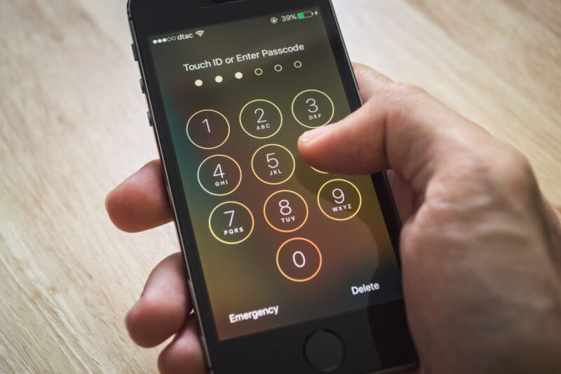 It's unconstitutional for cops to force phone unlocking, court rules