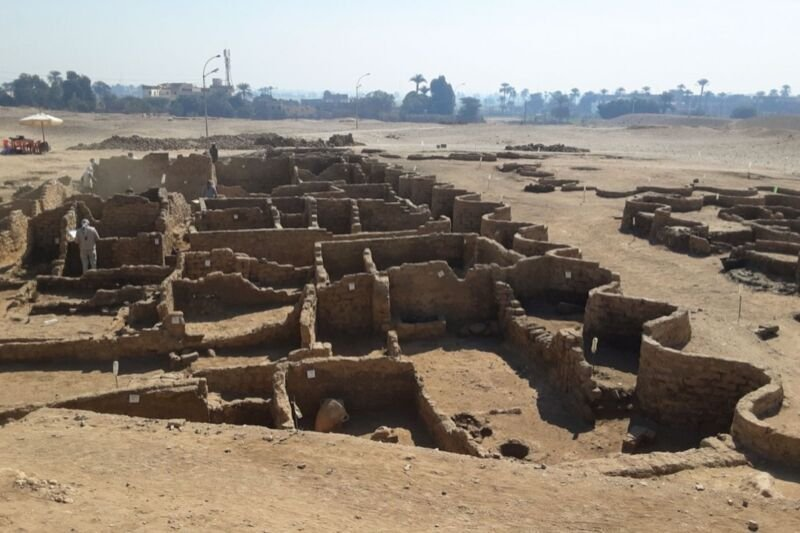"Archaeologists find ""lost golden city"" buried under sand for 3,400 years"